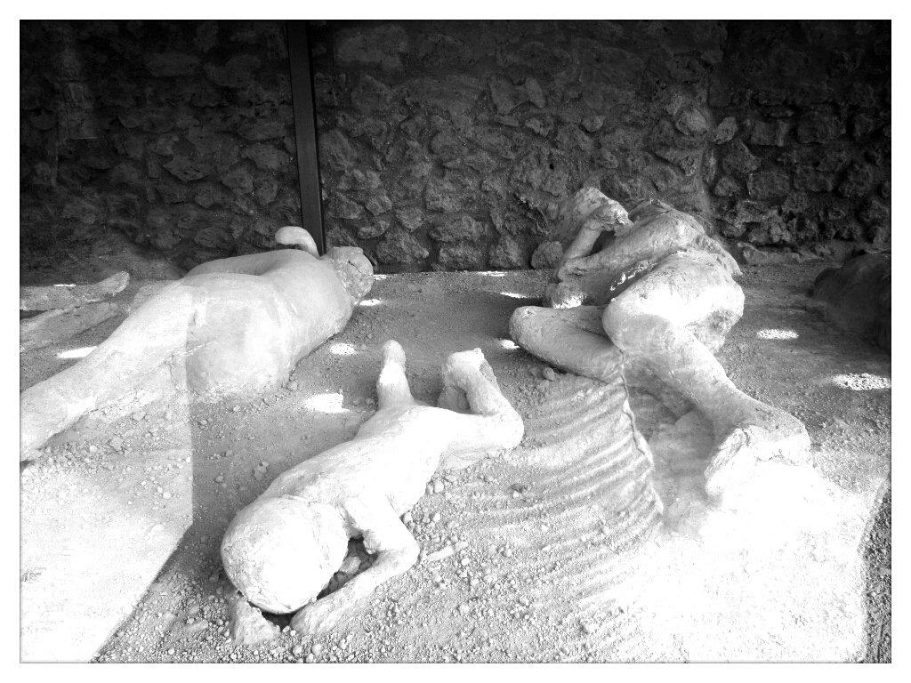 De lava stolde om de slachtoffers. Archeologen vulden deze lavahulzen met gips. Zo ontstond er een levensechte afdruk van de mensen van Pompeii.